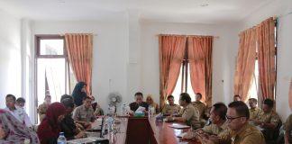 Sekretaris Daerah Boltim, Ir Hi Muhammad Assagaf saat memimpin sekaligus membuka rapat FGD