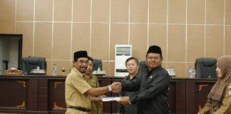 Bupati Boltim, Sehan Landjar, Menyerahkan Draft KUA -PPAS Perubahan ke DPRD