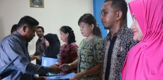 Tampak Foto Wakil Bupati Boltim Drs. Rusdi Gumalangit menyerahkan Surat Tugas